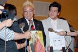 結婚会見で大勢の報道陣に囲まれ笑顔のサンドウィッチマンの2人 (C)ORICON DD inc.