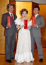 『景氣回復祈願式』に出席した(左から)松下アキラ、デヴィ夫人、福本ヒデ (C)ORICON DD inc.