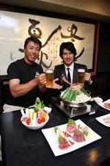 元ヤクルトスワローズ選手で、飲食店『もつ野菜鍋 川 —SEN−』のオーナー・秦真司氏(左)と川崎麻世