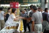 23日、六本木駅前で行われた『トップバリュ 麦の薫り』のサンプリングキャンペーンの様子 (C)ORICON DD inc.