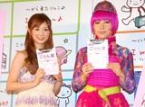 「旅の指さし会話帳」シリーズ累計300万突破記念イベントに出席した、小倉優子とミラクルひかる (C)ORICON DD inc.