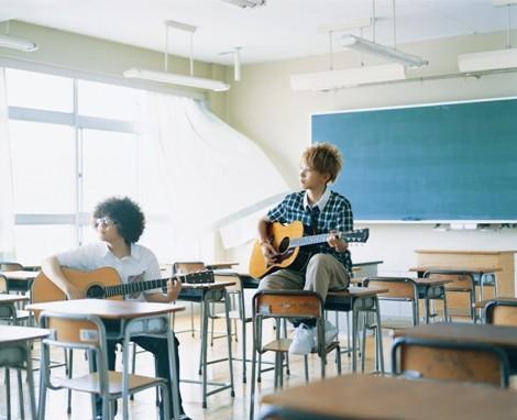 ひいらぎの2人:コーラス・ギター・ハープの恵梨香とボーカル・ギターの千晶(右)