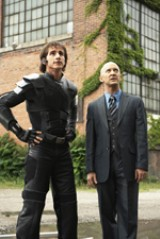 主人公をサポートするアンドロイド・スタン(左)のコミカルな演技にも注目だ。(C)Disney