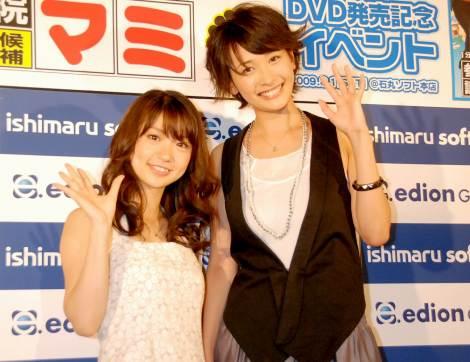 山崎真実(左)とAKB48・大島優子(C)ORICON DD inc.
