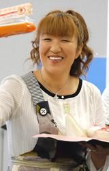『北斗晶の愛情たっぷり鬼嫁流ロコモコ丼』の発売を記念して、オリコンに来社した北斗晶 (C)ORICON DD inc.