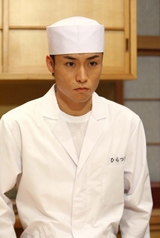 """『美味しんぼ』で""""料理人""""姿を披露するTETSUYA (C)フジテレビジョン"""