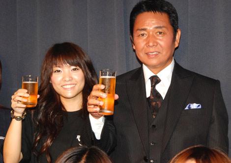 『ビアパーティー2009』前報道陣の取材に応じた、山本譲二と長女のKOTONOさん(左) (C)ORICON DD inc.