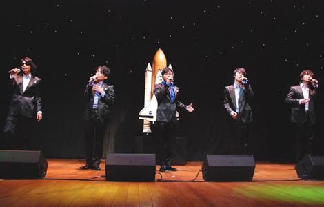 映画『宇宙へ。』公開記念舞台挨拶で、主題歌「宇宙へ 〜Reach for the sky〜」を熱唱するゴスペラーズ (C)ORICON DD inc.