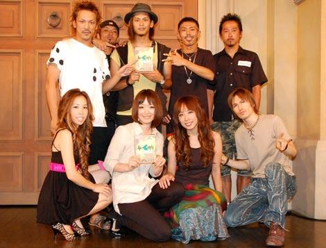 サムネイル DVD『あいのり ラブワゴンが出会った愛〜ヒデが旅した1年半〜』発売記念イベントに登場した、元メンバーの(上段左から)ヒデ、じゅん平、嵐、tk、袋ロー(下段左から)おーせ、アヤ、MIE、アレック (C)ORICON DD inc.
