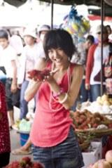 写真集『彼女』より。現地の人たちと触れ合って、心からの笑顔を見せる宮澤