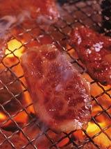 網に肉を載せて焼くというシンプルな食事にもさまざまなこだわりが!?(※写真はイメージです)
