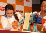 『幼稚園おいしいしょくいくキャラバン』お披露目会でイベントで、チキンラーメンの手作りデモンストレーションを行った仲間由紀恵 (C)ORICON DD inc.