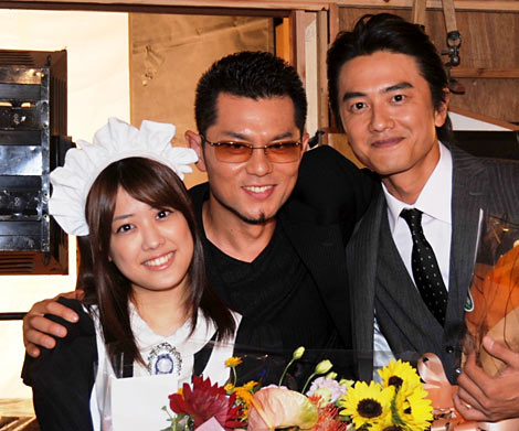 ドラマ『メイド刑事』のクランクアップを迎えた(左から)福田沙紀、的場浩司、原田龍二