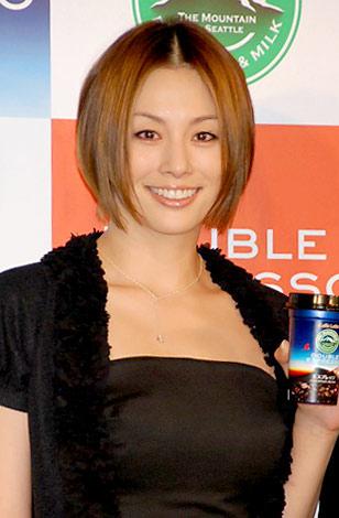 サムネイル 『Mt. RAINIER DOUBLE ESPRESSO』の発表会に出席した米倉涼子