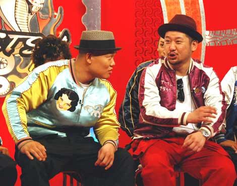 ケンコバにライブ出演を促すET-KINGのイトキン(左)(C)ORICON DD inc.