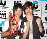 D-BOYS出身の先輩・城田優(写真右)も応援