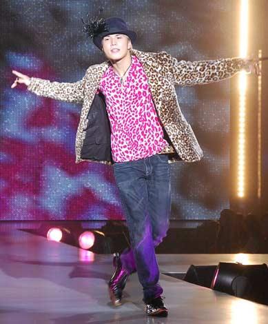 サムネイル 全身でリズムを『神戸コレクション2009 AUTUMN/WINTER』の東京公演で全身でリズムを刻む市原隼人