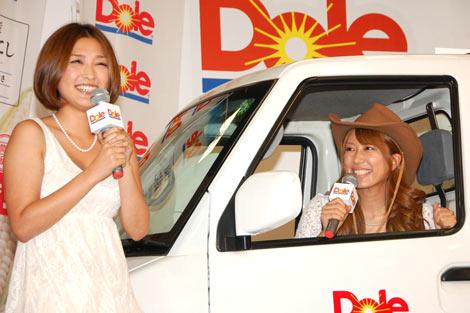 北海道産『真珠もろこし』解禁セレモニーイベントにトラックで登場した、(左から)石川梨華、里田まい (C)ORICON DD inc.