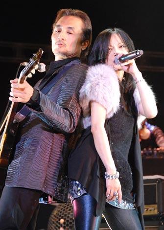 相川七瀬のデビュー15周年記念ライブ『Live Emotion 2009 Easter』で、約6年ぶりにタッグを組んだ新曲「tAtoo」を初披露した(左から)織田哲郎、相川七瀬 (C)ORICON DD inc.