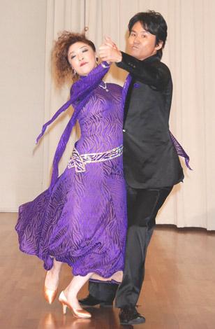 舞台『Wedding Dancing Happening 〜踊れないヤツが犯人だ!〜』の記者発表会見で熟練したダンスを披露した、ウッチャンナンチャンの南原清隆(右) (C)ORICON DD inc.