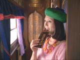 『明治ミルクチョコレート』新CMで女の子とやり取りを繰り広げる小泉今日子
