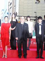 映画『カムイ外伝』プレミアイベントに出席した(前列左から)小雪、崔洋一監督、松山ケンイチ(C)ORICON DD inc.