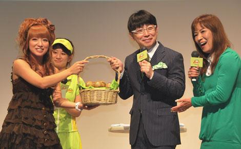 辻希美(左)が木下博勝氏にグリーンキウイを贈呈 (C)ORICON DD inc.