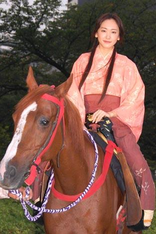 映画『BALLAD 名もなき恋のうた』舞台あいさつ前に、役衣装で乗馬を披露した新垣結衣 (C)ORICON DD inc.