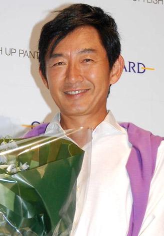 サムネイル 『ONWARD 美脚パンツニスト2009』の発表イベントに出席した、石田純一 (C)ORICON DD inc.
