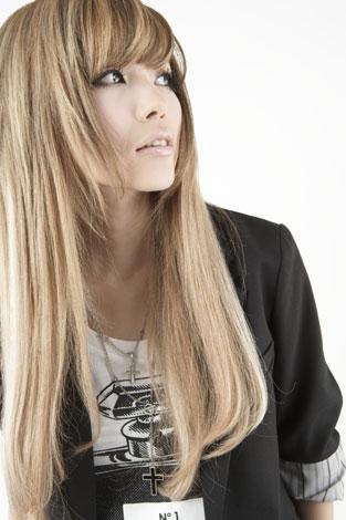 サムネイル 珍しいストレートヘアーを披露している益若つばさ