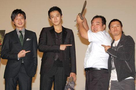 映画『TAJOMARU』の舞台挨拶でステージに登壇した(左から)田中圭、小栗旬、新多襄丸、やべきょうすけ (C)ORICON DD inc.