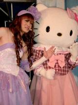 桜塚やっくん(写真左)とキティちゃんが「やっキティ」を結成してお笑いライブに挑戦 (C)2009 SANRIO CO.,LTD