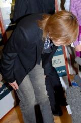 書籍『罪と音楽』の発売記念サイン会の前に報道陣の取材に応じ、深々と頭を下げた小室哲哉 (C)ORICON DD inc.