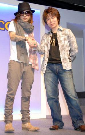 Wii専用ソフト『バイオハザード/ダークサイド・クロニクルズ』タイアップ決定イベントに出席した、(左から)清春と川田将央プロデューサー (C)ORICON DD inc.
