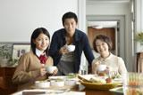『クノール(R) カップスープ』新CMに出演する(左から)川島海荷、小栗旬、池内淳子