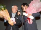 """『第2回 したまちコメディ映画祭in台東』クロージングセレモニーで""""コメディ栄誉賞""""を受賞し、目を見合い喜ぶコント55号の(左から)坂上二郎と萩本欽一 (C)ORICON DD inc."""