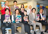 新ドラマ『アンタッチャブル』の制作発表会見に出席したキャストの集合ショット(後列右端が酒井敏也)