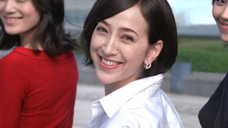 """サムネイル 『TSUBAKI』新CMで""""振り向きざまの微笑""""を披露する滝川クリステル"""