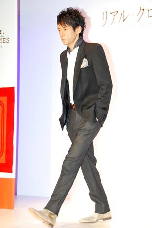 ドラマ『リアル・クローズ』の制作発表時に行われたファッションショーに登場した西島秀俊 (C)ORICON DD inc.