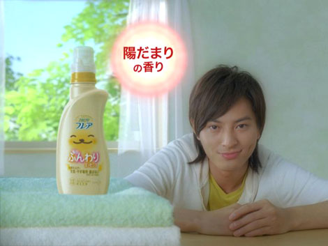 でさわやかな笑顔を見せる塚本高史/『ハミングフレア』新CM