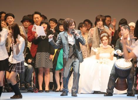 サムネイル 鳩山首相夫妻も駆けつけた「インクルージョン2009 デビューコレクション」のフィナーレ