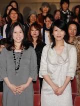 人妻たちに囲まれて記念撮影:倉田真由美と松たか子(C)ORICON DD inc.