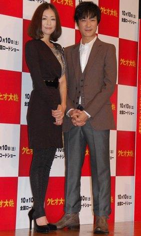 『クヒオ大佐』の試写会イベントに登場した(左から)松雪泰子、堺雅人 (C)ORICON DD inc.