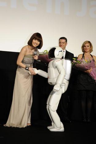 映画『ATOM』の舞台あいさつに、二足歩行ロボットのASIMOも駆けつけた (C)ORICON DD inc.