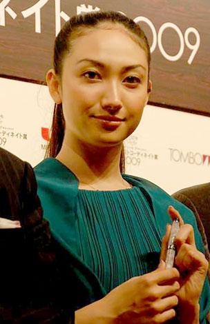 サムネイル 『万年筆ベストコーディネイト賞2009』の表彰式に出席した香椎由宇 (C)ORICON DD inc.