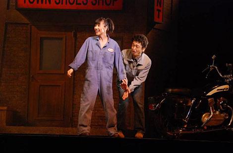 舞台『ALL SHOOK UP』の公開稽古でチャドの登場に恍惚の笑みを浮かべる玉置成実演じるナタリー (C)ORICON DD inc.