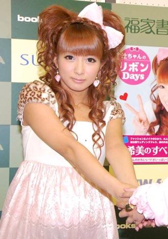 辻希美 イベント 著書『辻ちゃんのリボンDays』の発売記念イベントを行った、