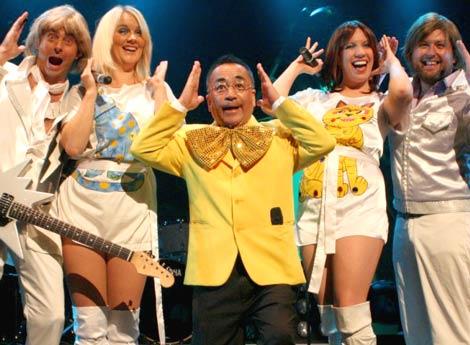 『ABBA GOLD』の公開リハーサルに乱入した、浦島みつお(せんだみつお)〔中央〕 (C)ORICON DD inc.