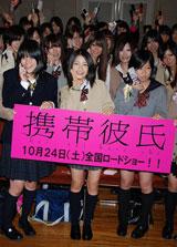 集まった女子高生らに囲まれる川島海荷 (C)ORICON DD inc.