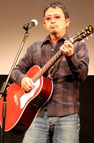映画『僕らのワンダフルデイズ』の完成披露試写会で、主演の竹中直人(左)と劇中歌を手掛ける奥田民生が歌声を披露した (C)ORICON DD inc.